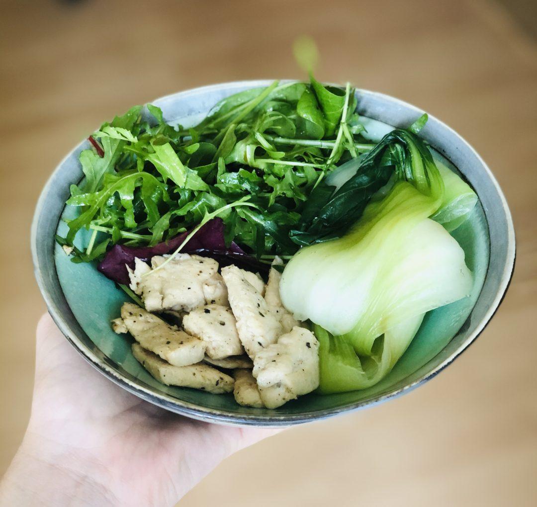 mix salát s kuřecím masem